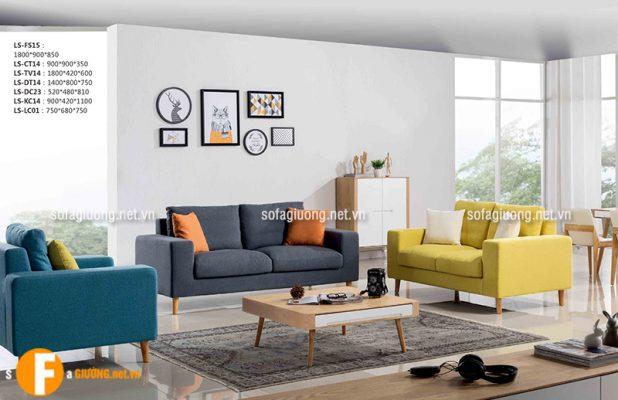 Bộ ghế sofa màu ghi kết hợp với những màu sắc khác tạo nên một không gian phòng khách ấn tượng
